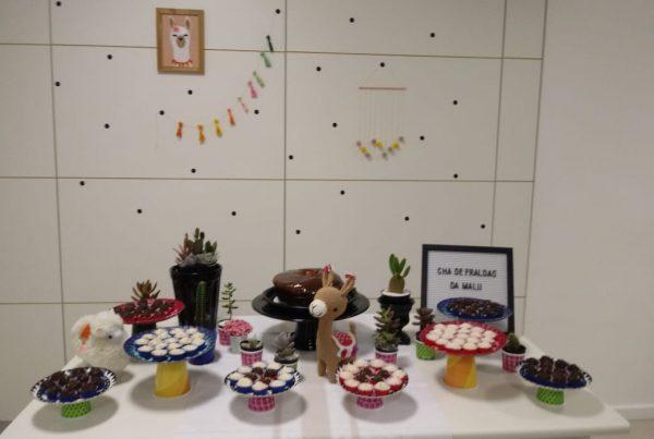 Decoração para chá de bebê com tema de lhamas e cactos